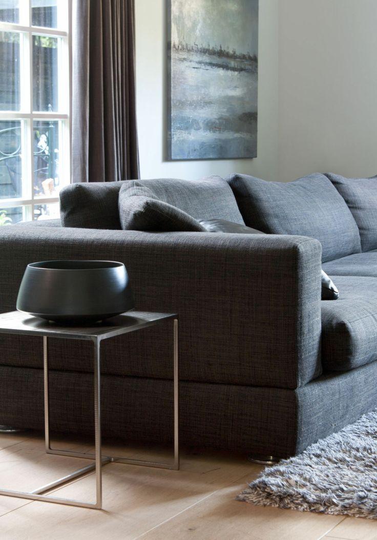 sofá de color gris oscuro en el salón moderno                                                                                                                                                     Más