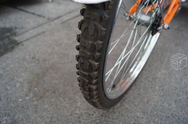 Triciclo semi nuevo con caja metalica