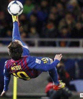 Lionel Messi está tocando fútbol muy bien  Lionel usa su dedo de pie para meter un gol. Lionel Messi es talentoso.