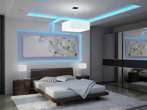 faux plafond suspendu, éclairage bleu romantique dans la chambre à coucher