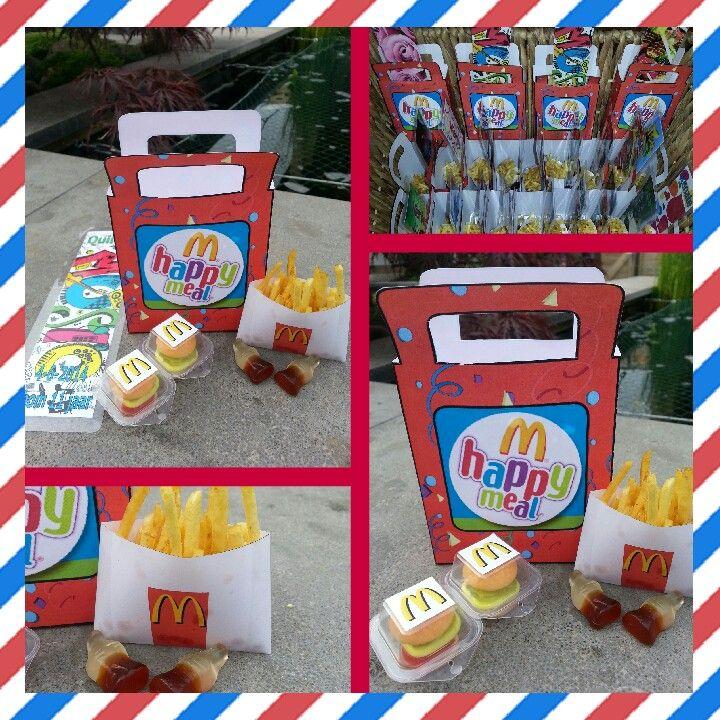 Happy Meal traktatie. Tasje gemaakt met daarin snoep hamburgertjes (Lidl), snoep cola flesjes en een zelfgemaakt zakje gevuld met chips patatjes. Als extra heeft iedere leerling een zelfgemaakte boekenlegger met hun eigen naam erop. Het tasje kan je vinden op www.party-gifts.nl.