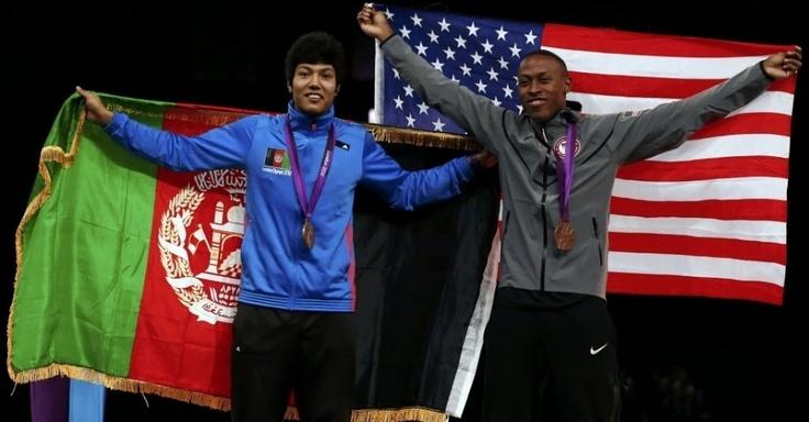 Afeganistão e Estados Unidos esquecem as diferenças no pódio do taekwondo e exibem bandeiras lado a lado
