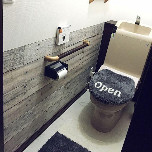 女性で、4LDKのDIY/トイレ/壁紙屋本舗/壁紙張り替え/古材風/ニトリ…などについてのインテリア実例を紹介。「我が家のトイレ。 工夫したこと:シンプルだけどかっこ良く。 ↑我が家のインテリアテーマ。 壁紙本当は縦に貼るんだけど、あえて横貼りにして、腰壁風に。 購入ショップ:楽天 壁紙屋本舗 ニトリ」(この写真は 2016-03-11 22:39:19 に共有されました)