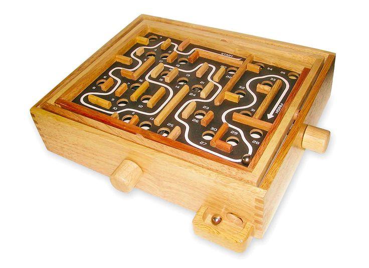 Door draaiknoppen wordt de speelplaat gekanteld en de bal rolt weg! Maar let op: de weg is lastig! Een traditioneel spel voor grote en kleine geduldmensen.