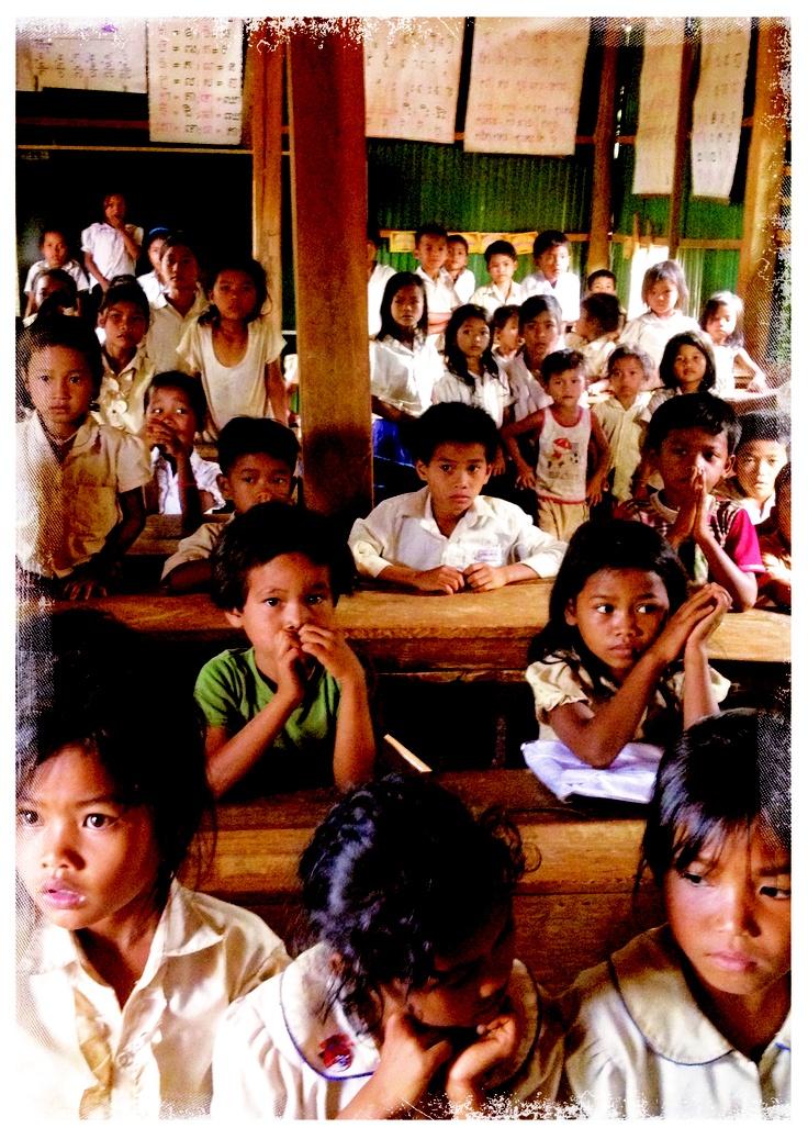 Im Klassenzimmer warten die Kinder gespannt auf ihre Schulshirts