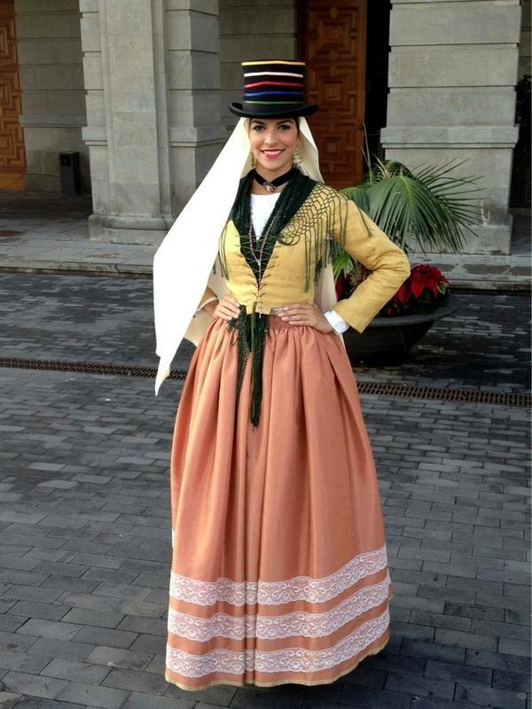 Traje Tradicional de La Ciudad de Santa Cruz de Tenerife por el Día la Artesanía Insular. Tenerife