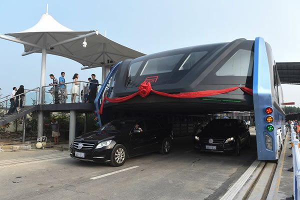 """TEB"" - China's elevated bus: Futuristic ""straddling bus"" that glides over…"