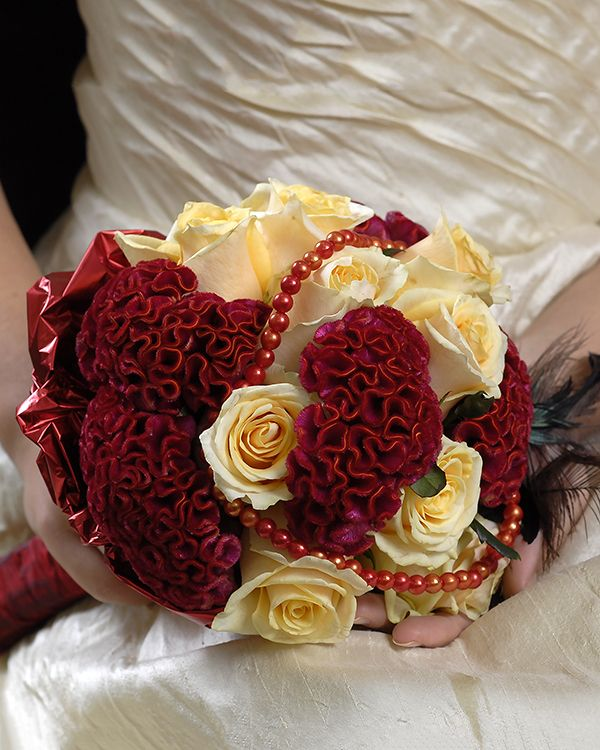 Buchet de mireasa cu trandafiri si creasta cocosului. Bridal bouquet with roses and celosia