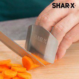 Du kochst super gerne, aber schneidest dir beim Zerkleinern immer noch ab und zu versehentlich in den Finger? Damit ist jetzt Schluss, denn ab jetzt rettet unser Fingerschutz deine Finger vor Schnittwunden.