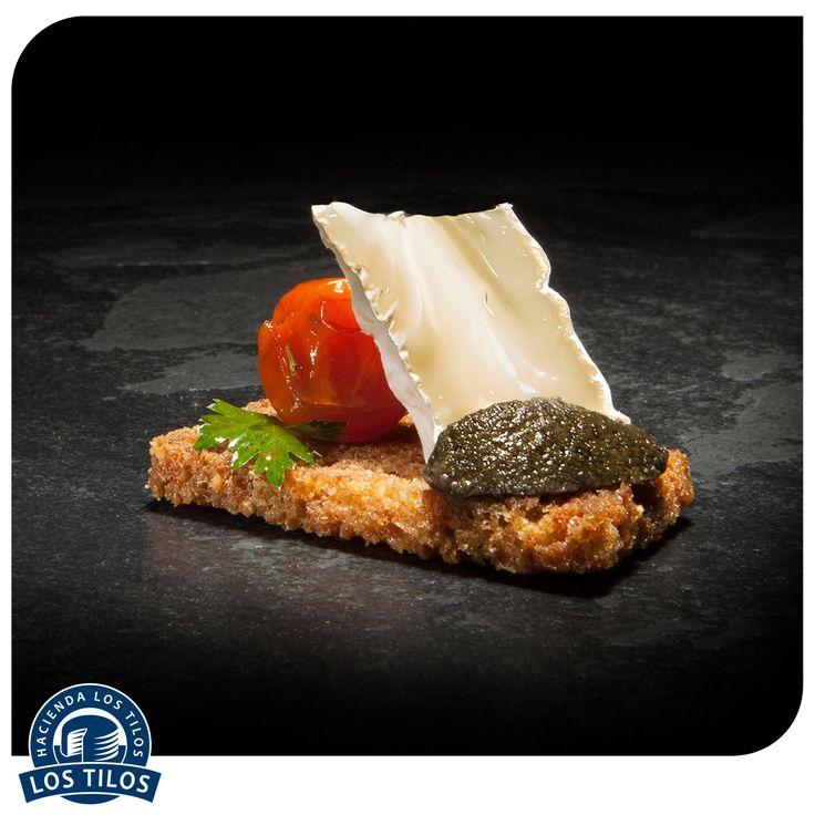 Tartelette de tomates asados, camembert de cabra y tapenade. #Recetas #Gourmet http://www.lostilos.cl/recipes/tartelette-de-tomates-asados-camembert-de-cabra-y-/