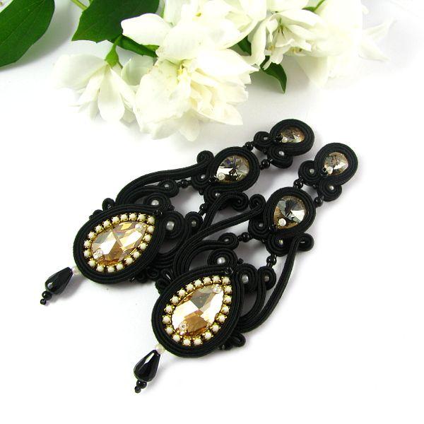 Swarovski and soutache, hand embroidered earrings. #swarovski #soutache #black #earrings #black #gold #pillowdesign www.pillowdesign.pl
