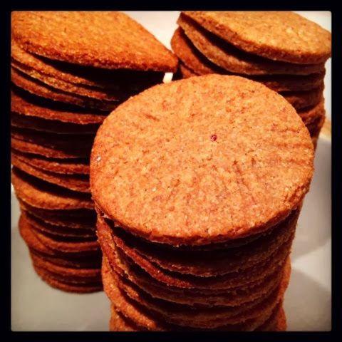 Bolachas tipo Maria - ING.:325g de farinha integral;125g de azeite biológico;125grde tâmaras;45g de natas;Pitada de sal; 1c.de sobremesa de fermento;Pitada de baunilha ou raspa de citrinos;Leite para envolver.