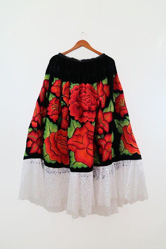 44f7513d7 Traje de gala, bordado de flores rojas sobre terciopelo negro, Frida ...