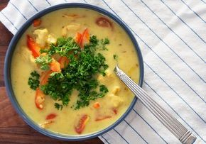 Mulligatawny suppe er en skøn karrysuppe med kylling grøntsager og masser smag - få den lækre opskrift på Mulligatawny suppen her