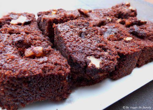 Brownies veganos, ¡sin huevo y sin leche! Su textura esponjosa; el crujiente de las nueces y el chocolate hacen de este dulce un indispensable en repostería, por su fácil elaboración y por lo delicioso que está.