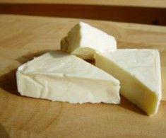 Okolo výroby syra z kravského či kozieho mlieka existuje celá veda plná náročných postupov a odborných informácií. Nenechajte sa nimi odradiť – vyrobiť domáci syr dokážete aj vy, a to dokonca bez potreby zháňania syridla a ďaľších špeciálnych pomôcok.