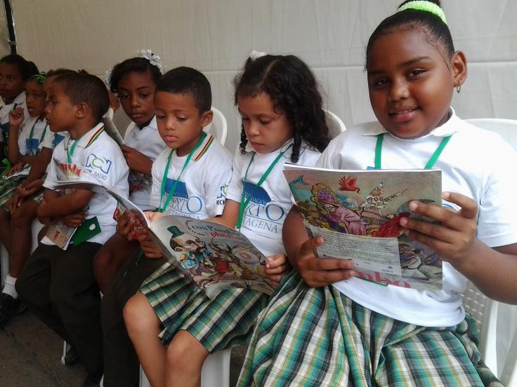 Niñas y niños disfrutan de la lectura de Con Pombo y platillos.  Crédito Adriana Gomez/Mincultura 2012