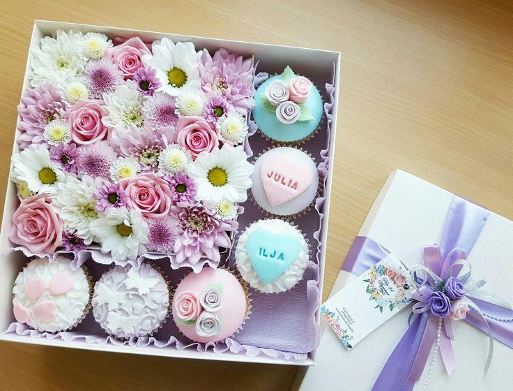 Подарочная коробочка с цветами и капкейками от Pidu 24 Agentuur. Для заказа www.pidu24.eu/shop.