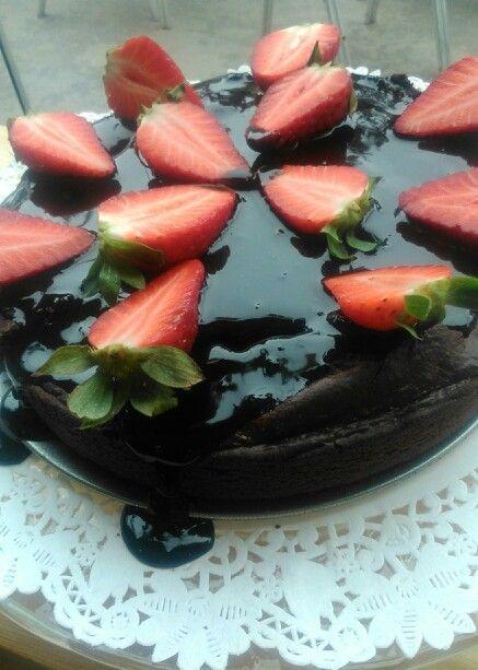 Cake de chocolate, con fudge  vegano con fresas!!