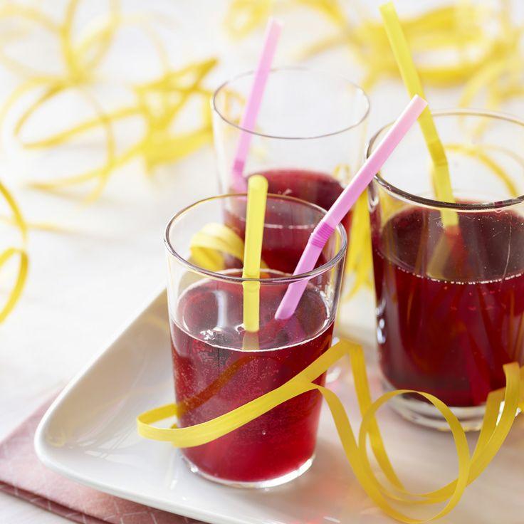 Maukas marjasima maistuu mainiolta munkin kaverina! Reseptin poimit täältä: http://www.dansukker.fi/fi/resepteja/marjasima.aspx #sima #marja #vappu
