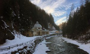 Spa hopping in Engadine (shown: a Scuol drinking hall)