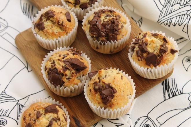 Préchauffez votre four à 180°C. Concassez grossièrement le chocolat afin de former des pépites maison. Dans un grand bol, mélangez la farine, la levure, le sucre et les ¾ des pépites maison.