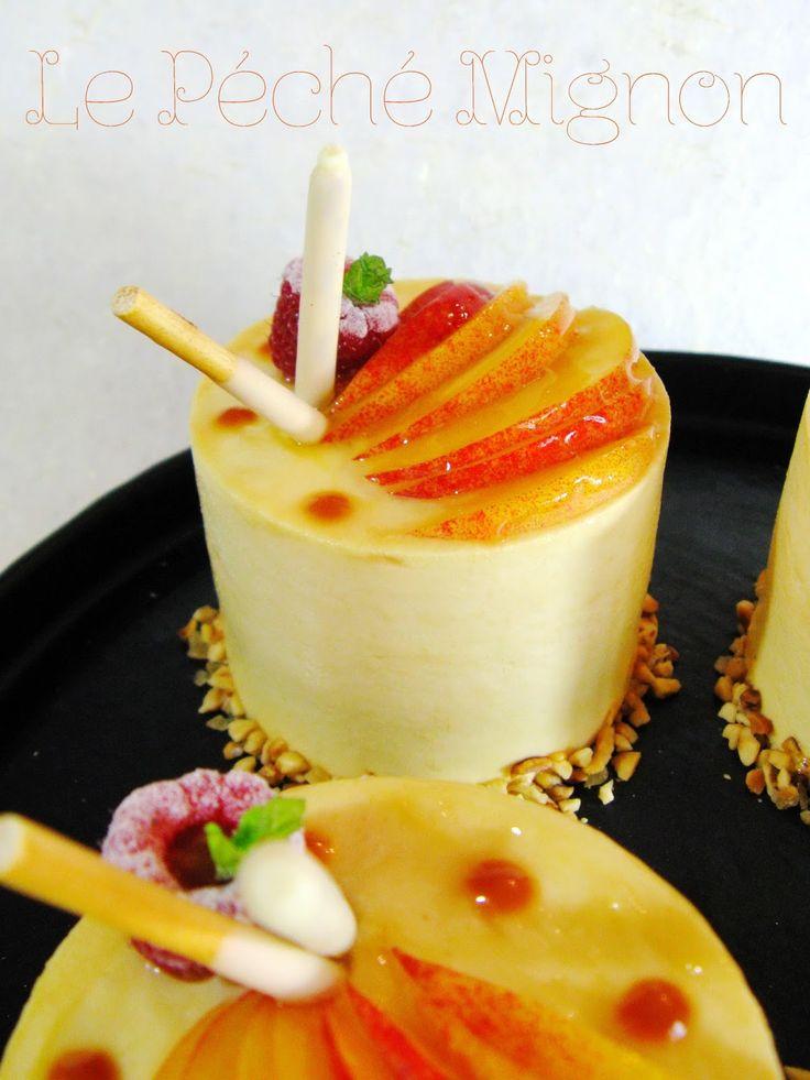 Le Péché Mignon - Mousse pêche jaune, insert mousse caramel au beurre salé sur financier aux dés de pêches