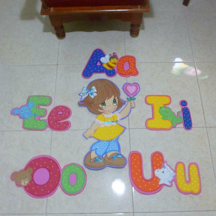 Decorado para aulas infantiles las vocales for Manualidades decoracion infantil
