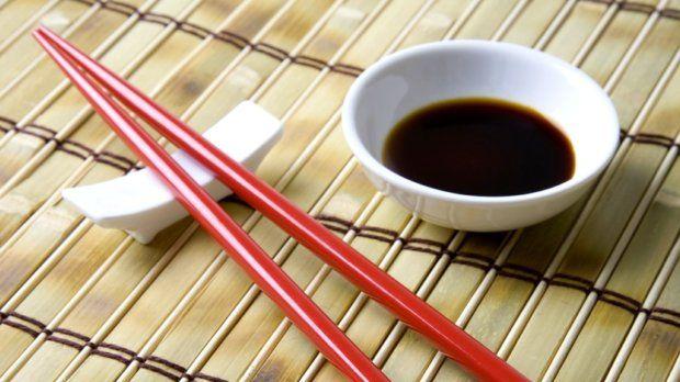 Není žádných pochyb o tom, že sójová omáčka je skvělá k sushi, do asijských stir-fry pokrmů, do různých marinád a omáček. Možnost, jak sójovku využít, je ale mnohem více...