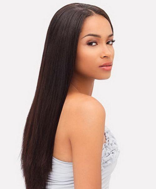 Ecco un liscio dai toni scuri, scalato, con riga centrale, semplice ed elegante. Un capello liscio naturale è poco impegnativo  e porta sempre fascino al tuo look.
