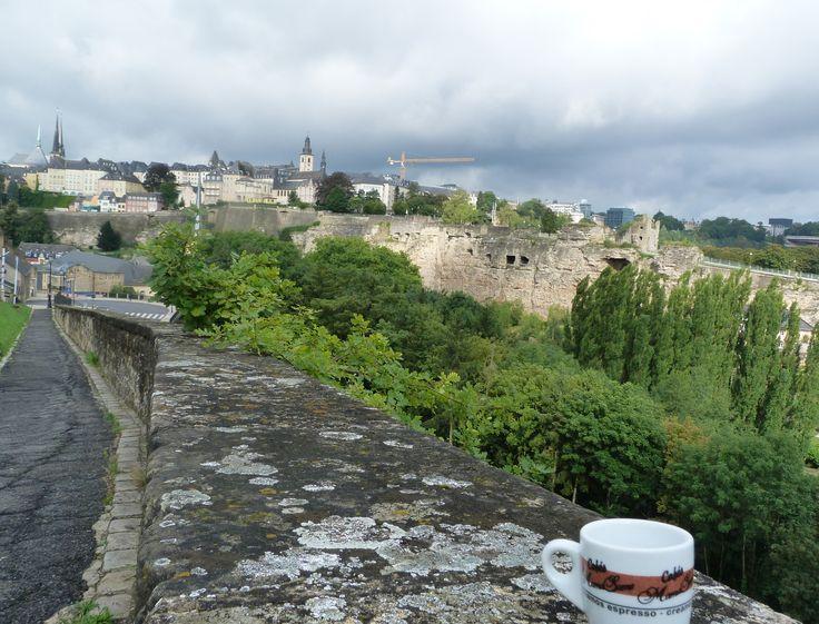 Hoy la taza viajera se encuentra en…#Luxemburgo, la ciudad de las torres y los cuentos de hadas. Su casco histórico es reconocido como Patrimonio de la Humanidad. Lugar perfecto para una pequeña escapada #luxemburg #luxembourg