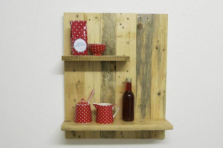 Handgefertigtes Altholz Küchenregal aus Palettenholz. Bewusst sichtbare Nagellöcher geben den typischen Charakter. Kellerherz DIY Blog und Mini-Shop.