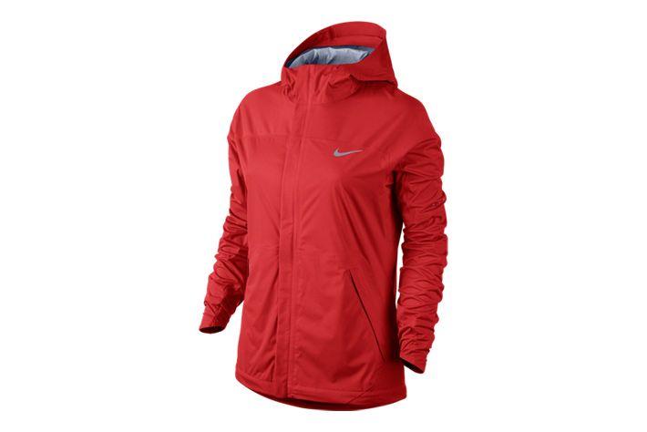 #Nike Shieldrunner - kurtka z kapturem. Zastosowana tkanina odprowadza wilgoć z powierzchni ciała zapewniając jednocześnie ochronę przed deszczem i wiatrem. Dlatego świetnie sprawdzi w czasie niesprzyjających warunków pogodowych. Idealna na treningi i inne aktywności w chłodne i dżdżyste dni. #damskie #new #kurtka #kaptur #jesienzima2015