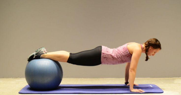 Sólo con una pared, un balón y una esterilla de yoga puedes realizar un ejercicio de bajo impacto, tonificante, que emplea toda la fuerza del cuerpo y… hace sudar. Lo explicamos a continuación. Muchas...