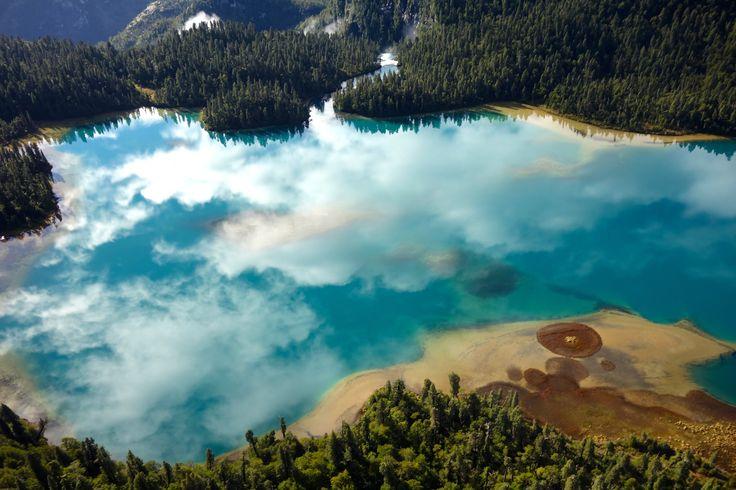 lago inexplorado en otoño