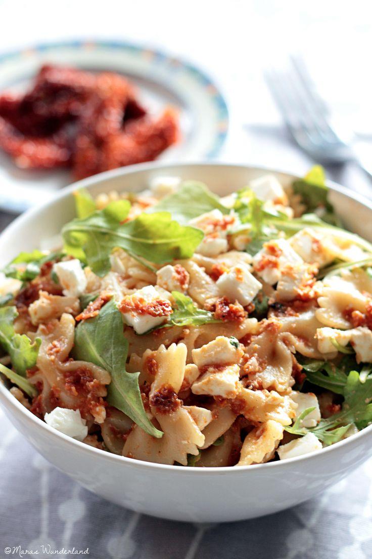 Pasta-Salat mit getrockneten Tomaten, Rucola und Feta