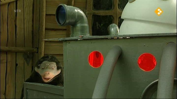 Thema: De tijd. Moffel heeft een tijdmachine gebouwd. Hij kan niet wachten tot hij eindelijk in de Riddertijd terecht komt. Piertje en Arie lachen erom. Een eigen tijdmachine, dat werkt toch helemaal niet?