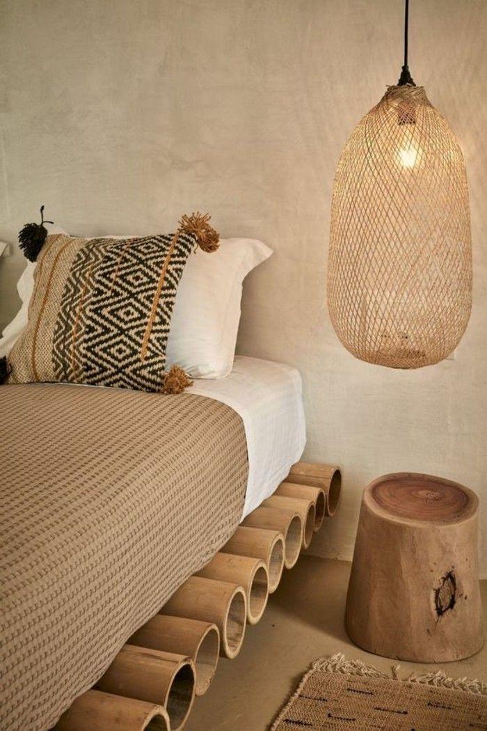 Idee Salle De Bain Avec Douche Et Baignoire : chambre à coucher design exotique, lit en bois clair, lustre bois