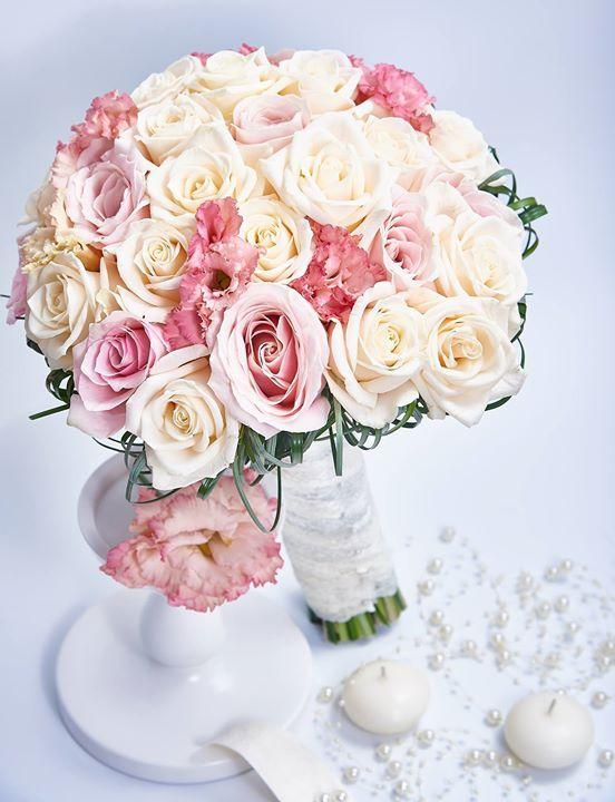 Un buchet clasic chic este cel mai potrivit pentru o nuntă simplă dar elegantă și plină de rafinament. http://ift.tt/2ulYPTa