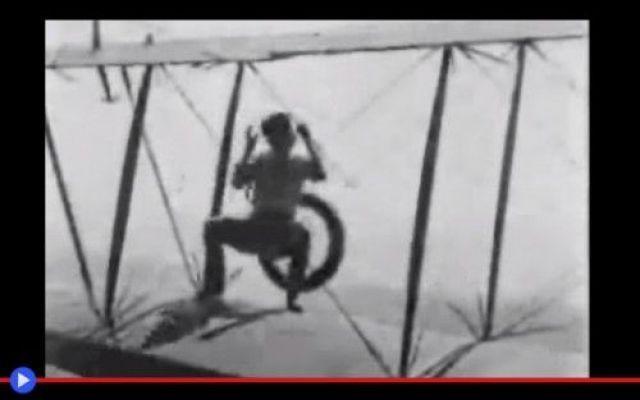 È possibile cambiare la ruota di un aereo in volo? È una storia del primo secolo dell'aviazione, o per meglio dire, che si colloca agli albori di quei cento anni, il periodo attraversando il quale siamo passati, dal delicato Flyer dei fratelli Wright #aviazione #stuntmen #rischio #aerei