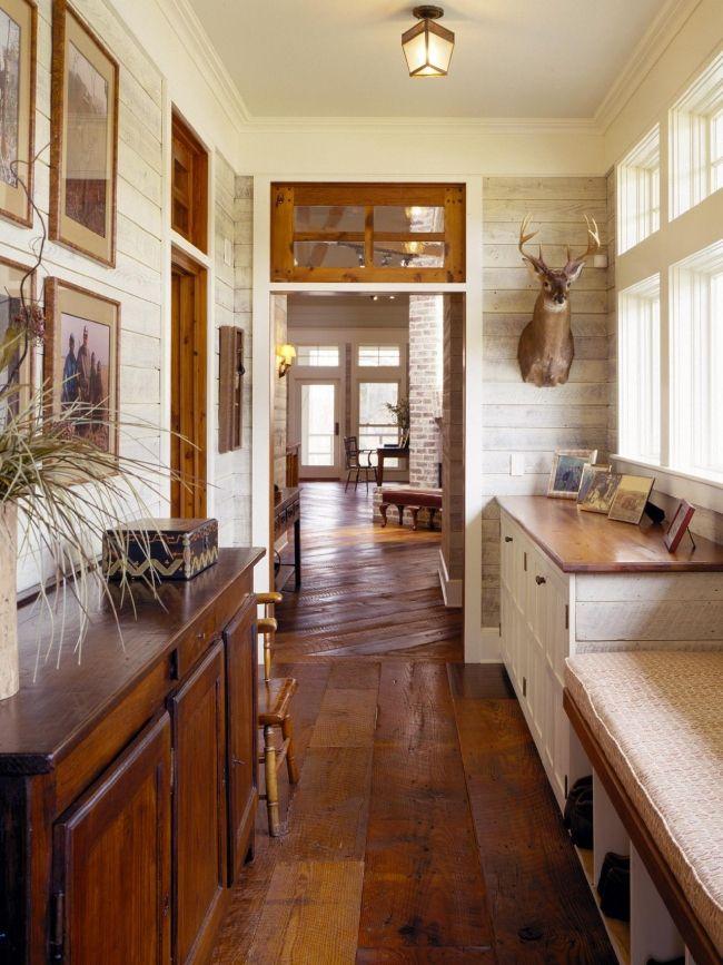Korytarz wejściowy w domu myśliwego? Dlaczego nie! Zobacz niesamowite rozwiązania, dużo drewna, które ociepla wnętrze i na dodatek mnóstwo świetnego designu - zainspiruj się!