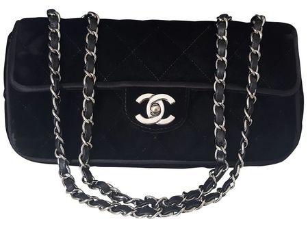 """Chanel - tas zwart fluweel klep / schouder tas - Limited Edition  Chanel Leeftijdlooze klep zak in een gewatteerde fluweelzwart materiaal. Haar prachtige zilveren ketting geïnterlinieerd met leder vastgemaakt met een """"CC"""" twist lock van verzilverd metaal gemaakt.Deze schattige Chanel tas is in een formaat dat verbazingwekkend uw mobiele telefoon sleutels en lip houdt gloss. Het kenmerkt ook een binnenkant plat zak en zakken met ritssluiting die kaarten of geld kan bevatten. Afmetingen 24 x…"""