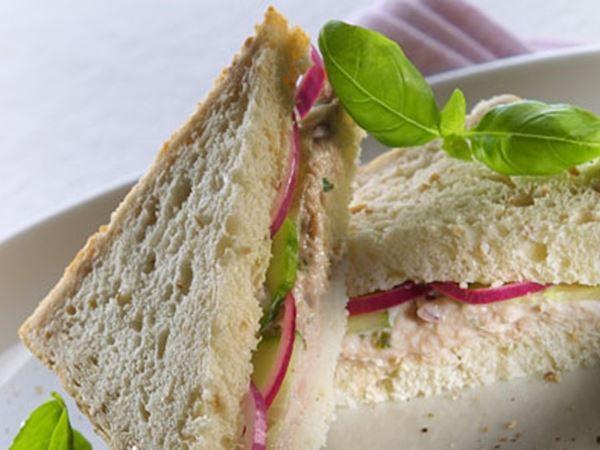 Sandwich med tun og limemarinerede agurkeskiver