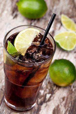 Cuba Libre   Oppskrift 4 cl hvit rom 1 cl ferskpresset lime Coca cola 3-4 limebåter Isbiter Fyll opp et highballglass med isbiter. Hell så rom og limesaft i og rør rundt. Topp med Coca cola, og legg limebåter i. Når og hvor denne drinken først så dagens lys, strides det stadig om. Navnet, som betyr frigi Cuba, antyder at den har sin opprinnelse der, eller at den ble til i det eksilkubanske miljøet i USA. At den er populær verden over er det ingen tvil om. I mange engelsktalende land…