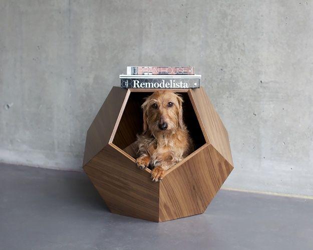 Projetada para ser usada como mesa lateral, a casinha para gatos e cães de pequeno porte é estruturada em compensado de madeira com forma de pentágono. No interior do móvel, desenvolvido pela empresa canadense Pup