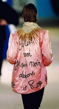 Mode : défilé Yves St Laurent 1980, veste rose brodée dans le dos