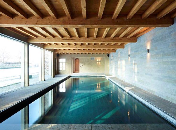 Binnen zwembad schuur straatkant