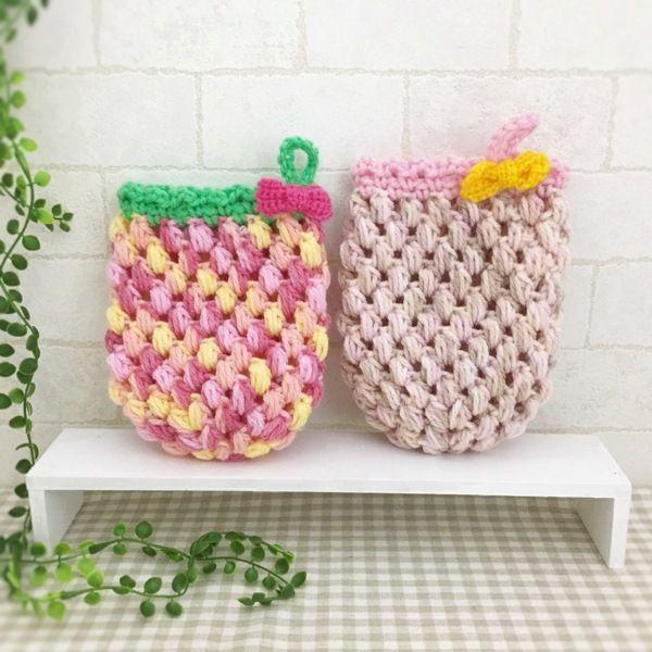 抗菌・防臭のアクリル毛糸で編みましたかわいいリボン付のミトン型エコたわしです。2色セットになります。手を入れて使用できます。お掃除や食器洗いに使用できます。少量の洗剤できれいに汚れを落とせます。ぜひ、お試しください♪●カラー:赤、桃、橙●サイズ:17cm×12cm●素材:アクリル100%●注意事項:1個ずつ、丁寧に編ませていただいていますが、毛糸のため毛玉がつくことがございます。また、使用後も毛玉が出ることがございますので、ご了承ください。●作家名:amiami♡358#アクリルたわし #アクリルエコたわし #インテリア雑貨 #洗剤いらず #環境にやさしい #エコ #エコたわし #油汚れなどが良く取れる #便利 #キッチンスポンジ #台所用スポンジ #かぎ針 #食器や炊飯器の釜洗い #野菜洗い #シンク #グリルやコンロ #台所のタイルの壁 #キッチン雑#飾ってもかわいい #おしゃれなデザイン #毛糸 #手芸 #ハンドメイドアクリルたわし…