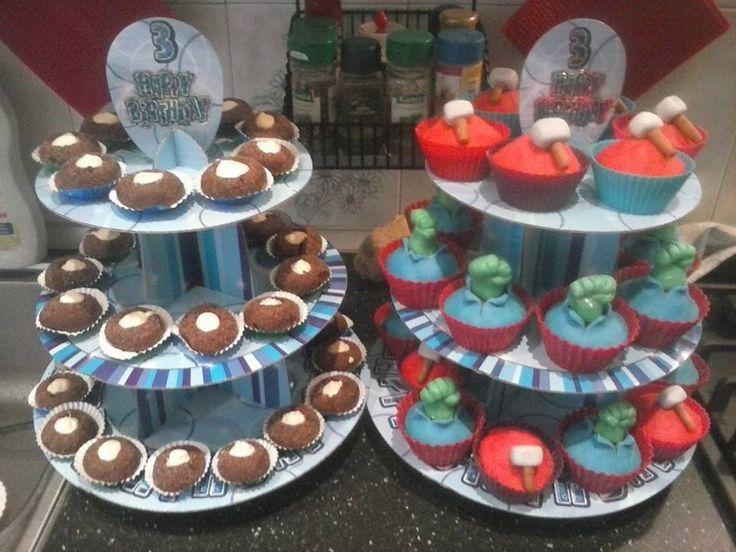 Cupcake supereroi e biscotti morbidi con cioccolato bianco