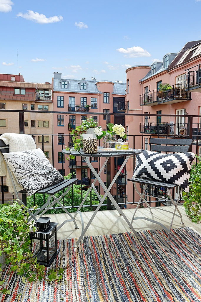 Alvhem - black furniture and colourful rug for balcony?